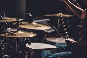 Spela trummor
